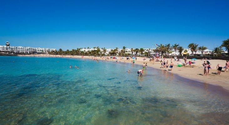 Más de 33.000 turistas regresan a casa desde Lanzarote, en la última semana Foto: Playa de las Cucharas (Costa Teguise, Lanzarote)