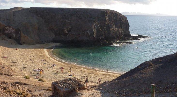 El PIB de Canarias podría precipitarse un 28% por la crisis del coronavirus | Foto: Playa de Papagayo (Lanzarote)- Alquiler de Coches (CC BY 2.0)
