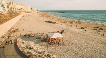 #QuédateEnAndalucía, la campaña para fomentar el turismo autóctono | Foto: Playa de Cádiz