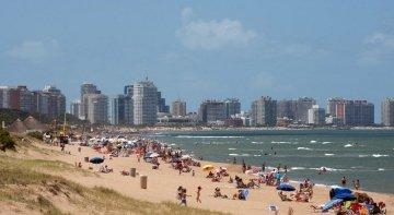 Uruguay planea pasar los festivos a viernes y lunes para impulsar el turismo interno | Foto: Playa Mansa, en Punta del Este - Uruguay