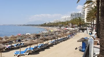 Málaga ofrece un bono turístico de 100 euros a los sanitarios españoles | Playa de la Fontanilla Marbella- Cabeza2000 (CC BY-SA 4.0)