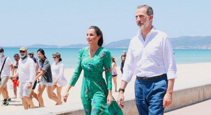 Sus Majestades los Reyes durante su recorrido por el paseo marítimo | ©  Casa de S.M. el Rey