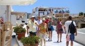 Turistas en Santorini, Grecia