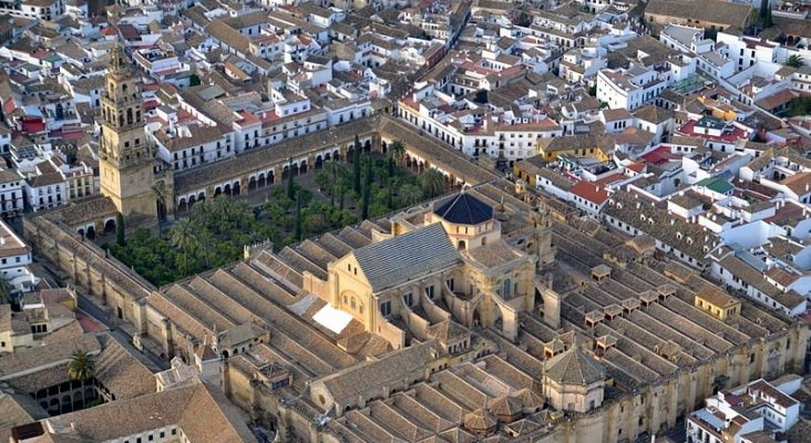 La socimi proyecta uno de los hoteles en el barrio de la Judería de Córdoba, junto a la Mezquita   Foto: Toni Castillo Quero (CC BY-SA 2.0)