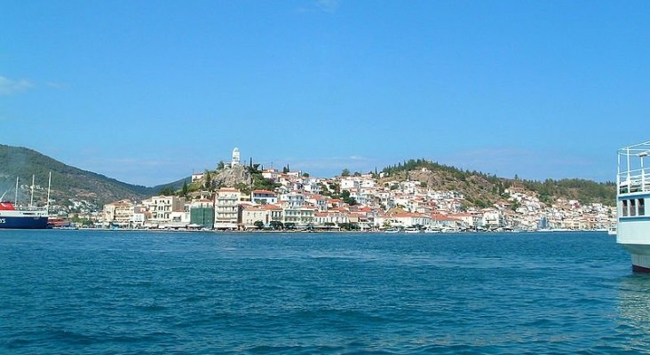 Grecia cierra parcialmente una de sus islas turísticas   Foto: Poros- Analogue Kid (CC BY-SA 3.0)