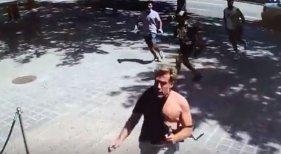 La pandemia no frena los robos con violencia a turistas en Barcelona | Foto: La víctima del robo huye de los asaltantes- elPeriódico