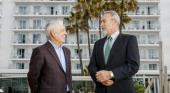 De izq. a der. Rafael Expósito, el empleado más antiguo de la cadena en activo y Luis Riu, CEO de RIU Hotels & Resorts