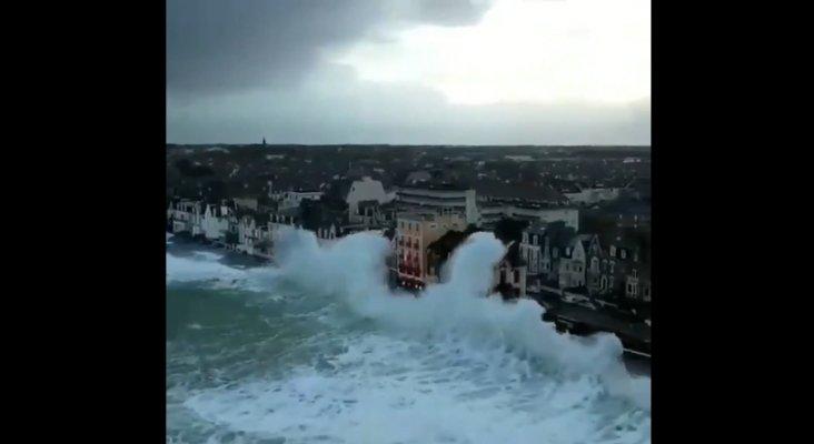 Espectaculares imágenes del temporal en la Costa Esmeralda francesa