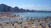 Asturias se fija en Baleares para impulsar su propia tasa turística | Foto: Playa de San Lorenzo, Asturias- Jorgechp (CC BY-SA 3.0)