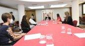 Izqda. a Dch Linda Phelps, Antonia Bouka y Sebastian Ebel, en representación de TUI Group; y Ángel Víctor Torres, Yaiza Castilla y Cristina del Río, por el Gobierno de Canarias