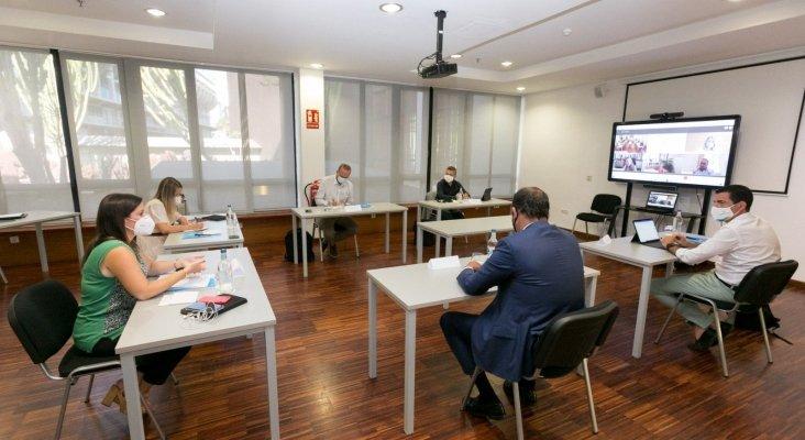 El Gobierno de Canarias necesita a touroperadores y hoteleros para financiar las PCR