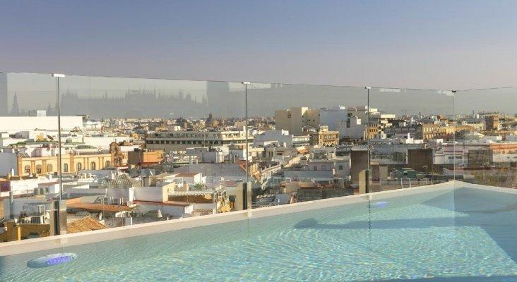 Vista de la ciudad de Sevilla desde la piscina del Hotel Colón Gran Meliá