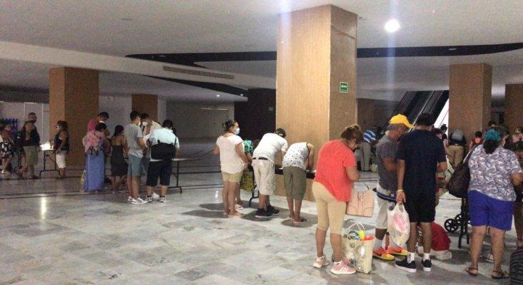 Turistas y residentes de Quintana Roo en los refugios|Foto: Twitter Carlos Joaquín González, Gobernador de Quintana Roo