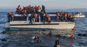 Canarias: ¿imagen de crisis social y migratoria?   Foto: Refugiados sirios e iraquíes llegando a Lesbos en 2016 Ggia (CC BY-SA 4.0)