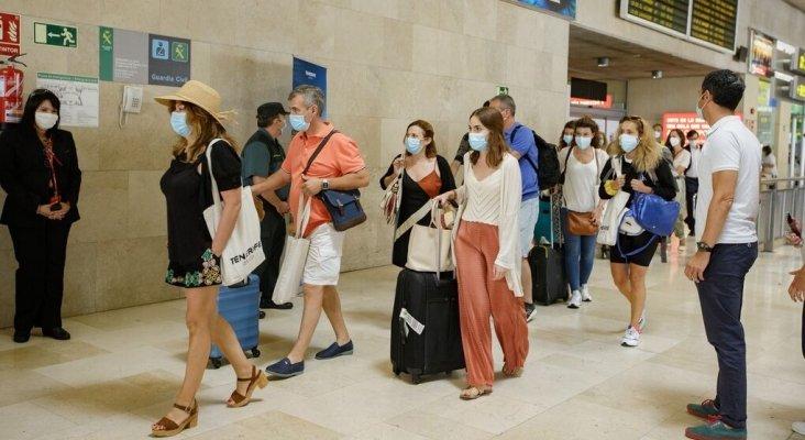 La batalla de los PCR: Canarias recibe turistas sin control de COVID