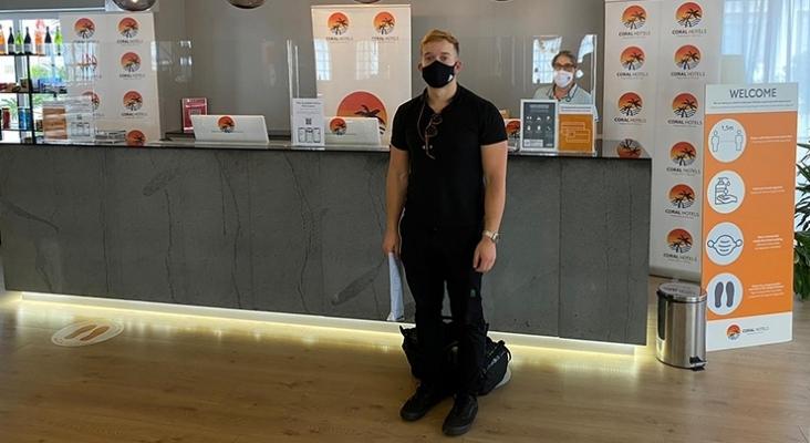 Turista con su documento de test negativo en la mano a su llegada a un hotel en Tenerife