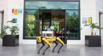 Solución robótica de Mocca para el delivery en mesa | Foto: Les Roches en Marbella