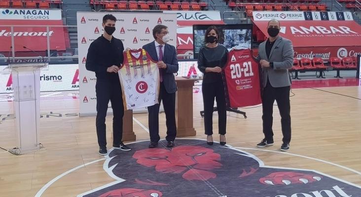 El vicepresidente y consejero de Industria, Arturo Aliaga, y la directora general de Turismo, Elena Allué, han recibido las camiseta del equipo