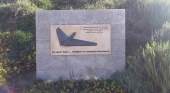 Placa en recuerdo a las víctimas del accidente del vuelo JK 5022 de Spanair | Foto: Stromare (CC BY-SA 3.0)