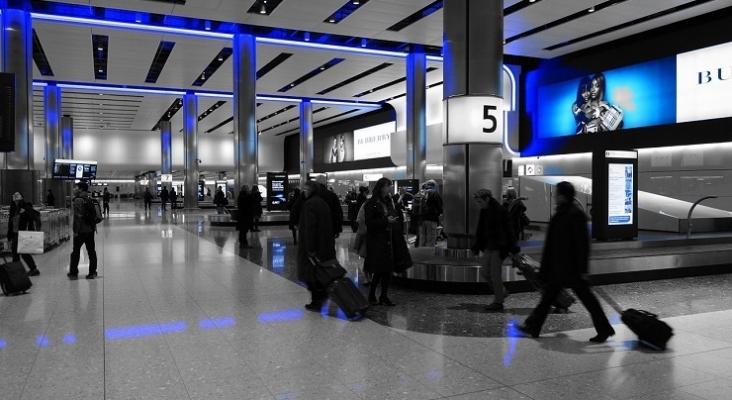 España prorroga la suspensión de vuelos desde y hacia Reino Unido | Foto: Sala de equipajes del Aeropuerto de Heathrow en Londres