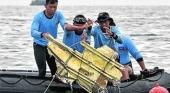 Encuentran restos del avión que cayó al mar en Indonesia con 62 personas a bordo
