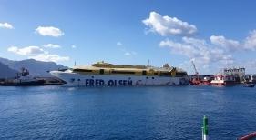 Tras cinco días, trasladan con éxito a puerto el ferry encallado en Gran Canaria