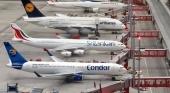 Aviones de Condor y Lufthansa, junto al de otras aerolíneas, en la pista