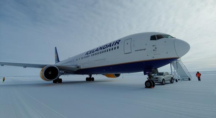 Aerolínea islandesa aterriza un Boeing 767 en una pista de hielo en la Antártida