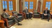 Mark Rutte, primer ministro de Países Bajos, atiende a Frank Oostdam y Arjan Kers, de ANVR