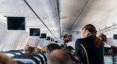 Azafata durante un vuelo