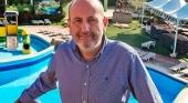 Javier García en la piscina del complejo Magic Robbin Hood, de su cadena hotelera. Foto de David Revenga