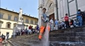 Operario municipal limpia la escalinata de Santa Croce