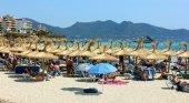 Playa en Mallorca llena de turistas