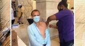 Maxim Dewulf, director de ScubaCaribe Water Sports recibiendo la vacuna contra el Covid-19