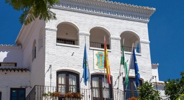 Nerja (Málaga) rebaja en un 50% el Impuesto de Actividades Económicas a hoteles y apartamentos | Foto axarquiaplus.es