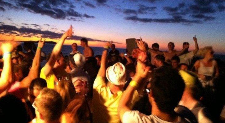 Baleares dice basta a los 'party boats'