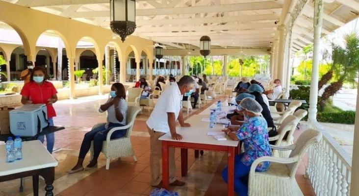 Las hoteleras españolas completan la primera fase de vacunación en R. Dominicana   Foto twitter @DavidColladoM