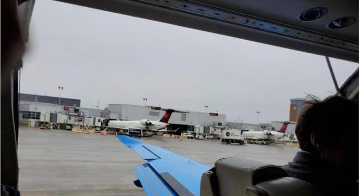 La puerta de un avión de Boutique Air sale volando durante el despegue   Foto: WUPM