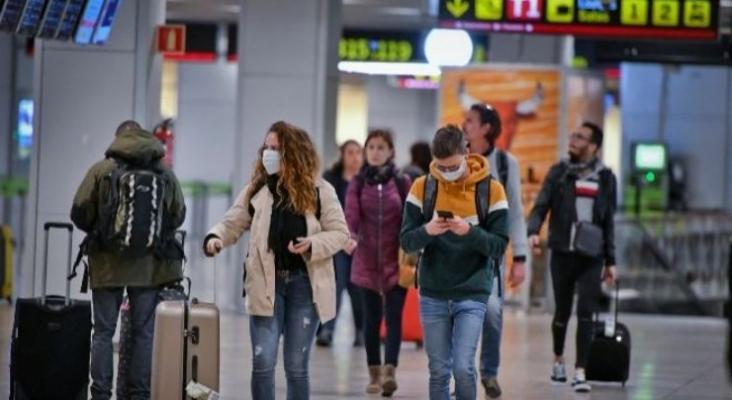 Pasajeros con mascarillas en la Terminal 2 de Aeropuerto de Madrid - Barajas | JMCadenas EXPANSION