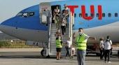 Pasajeros desembarcando de uno de los aviones del turoperador TUI, que el domingo arrancó sus operaciones entre Alemania y la Isla |Imagen vía menorca.info