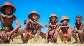 La relación con turistas está desvirtuando sus tradiciones y su modo de vida