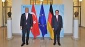 Turquía exige la integración en el pasaporte Covid europeo/ Mehmet Nuri Ersoy junto con Thomas Bareiß. Foto del Twitter de Mehmet Nuri Ersoy.