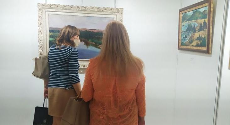 Visitantes de la exposición en el hotel Miguel Ángel de Madrid | Foto: Sofía Pérez/eldiario.es