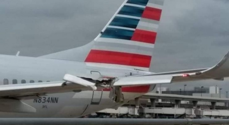 Avión de American Airlines derriba con su ala un poste de luz del Aeropuerto de Dallas   Foto transponder1200.com