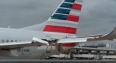 Avión de American Airlines derriba con su ala un poste de luz del Aeropuerto de Dallas | Foto transponder1200.com