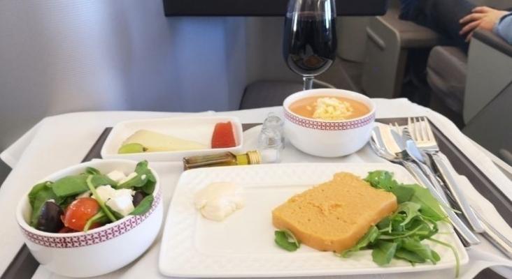 Imagen de una comida en avión | Foto Tourinews