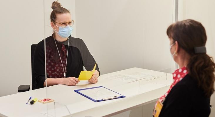 Una empleada de Lufthansa se registra para recibir su vacuna