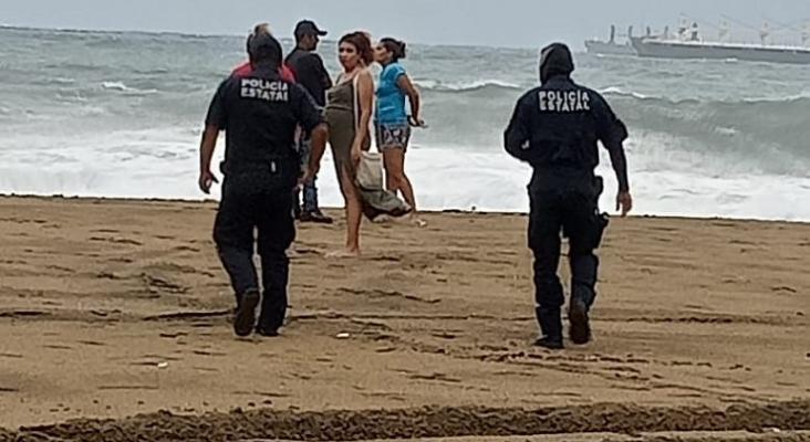 Los turistas desafían al huracán Enrique en las costas del Pacífico mexicano|Foto: Unomasuno