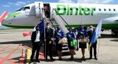 Tripulación a pie del avión al llegar el primer vuelo de Binter a Lille (Francia)