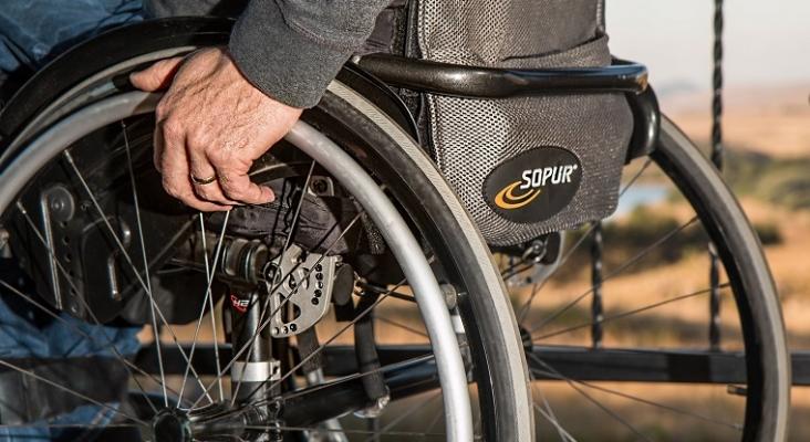 Un pasajero con discapacidad denuncia que Air Europa rompió su silla de ruedas